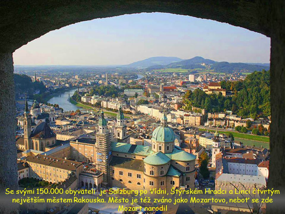 Hrad Hohenwerfen vyčnívá jako strategické opevnění na 155 metrů vysoké skalnaté hoře nad údolím Salzachtal, asi 40 km jižně od Salzburgu.