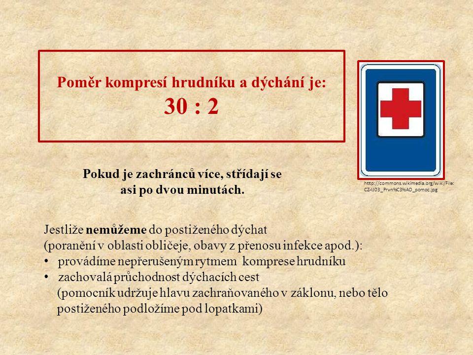 Poměr kompresí hrudníku a dýchání je: 30 : 2 Pokud je zachránců více, střídají se asi po dvou minutách.
