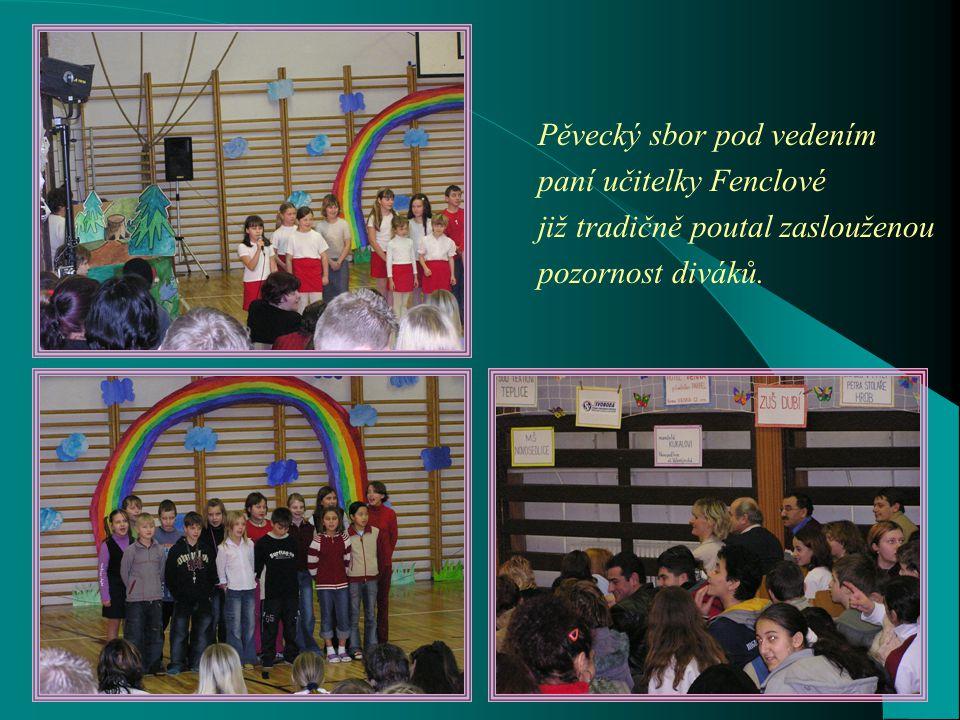 Krásné šaty na krásných mladých lidech – módní přehlídka SOU textilního Teplice.