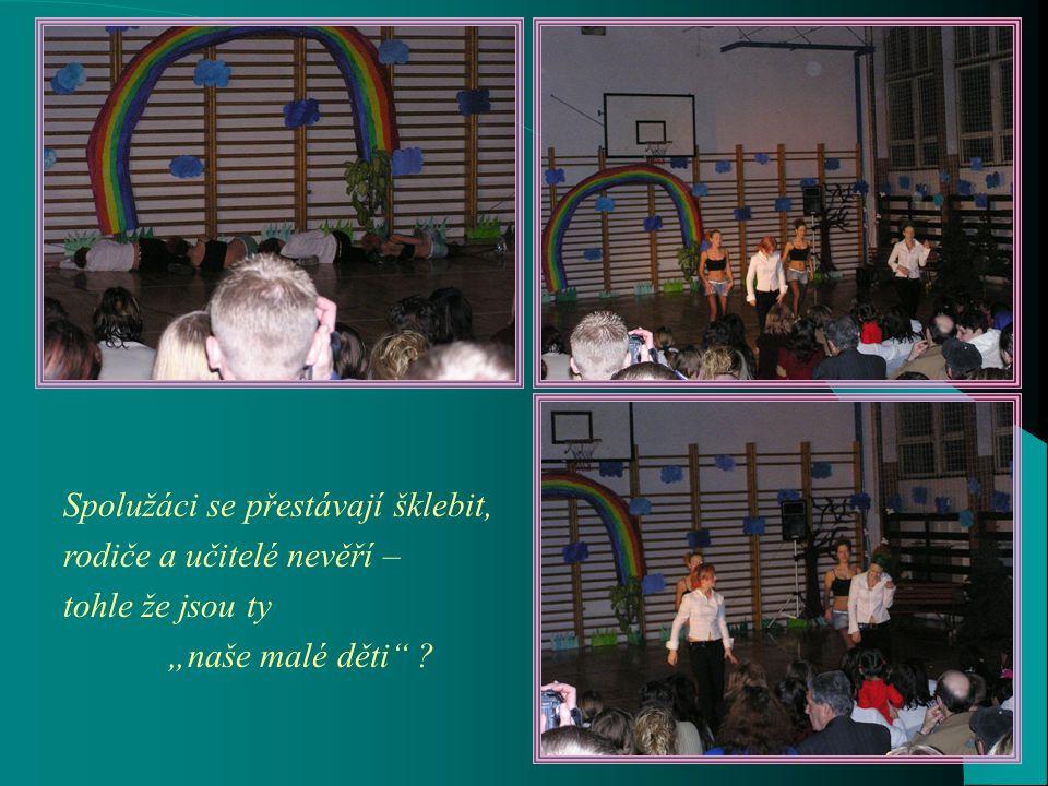 Pěvecký sbor pod vedením paní učitelky Fenclové již tradičně poutal zaslouženou pozornost diváků.