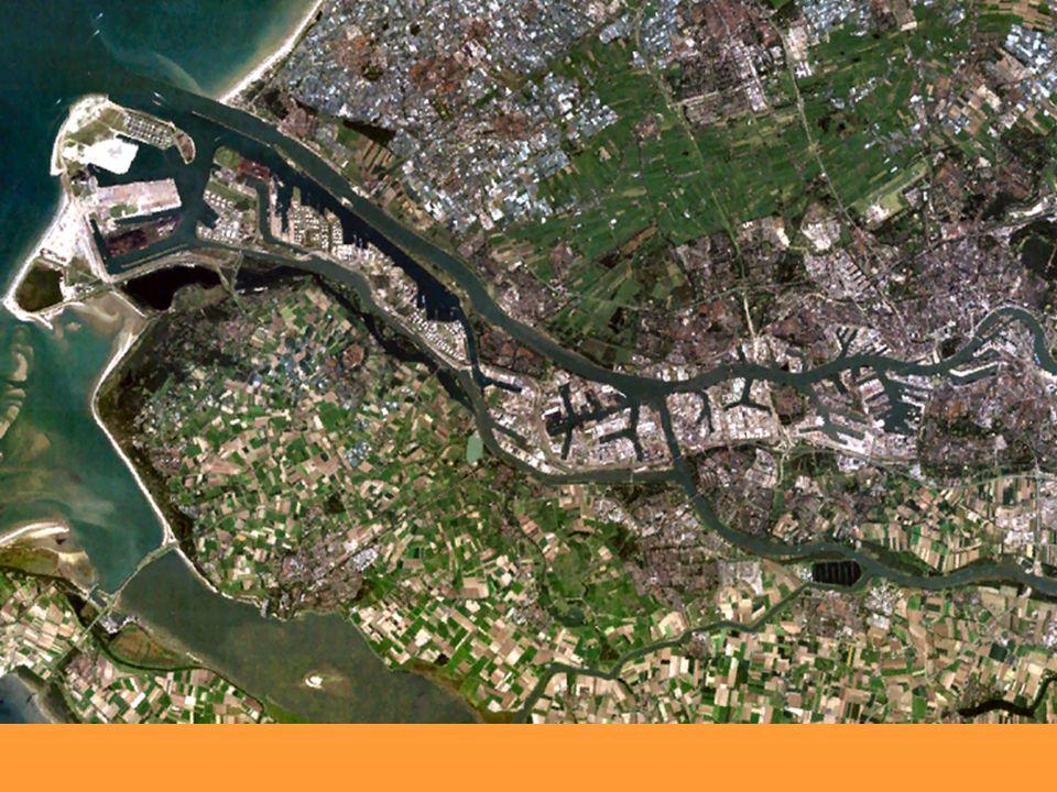 Doprava Železniční - 2 739 km Silniční - 125 575 km Říční - Europort Rotterdam - největší v Evropě - Eemshaven - přes 5 000 km dlouhá síť Letecká – KL