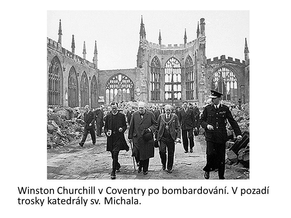 Winston Churchill v Coventry po bombardování. V pozadí trosky katedrály sv. Michala.