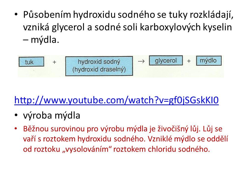 Působením hydroxidu sodného se tuky rozkládají, vzniká glycerol a sodné soli karboxylových kyselin – mýdla. http://www.youtube.com/watch?v=gf0jSGskKI0