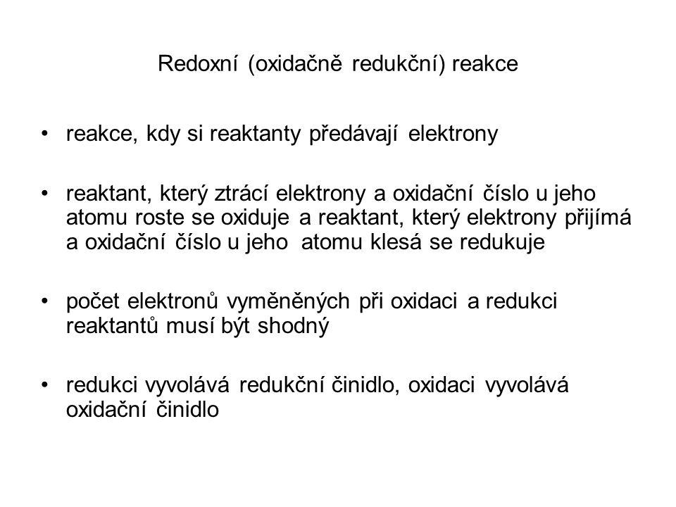 Redoxní (oxidačně redukční) reakce reakce, kdy si reaktanty předávají elektrony reaktant, který ztrácí elektrony a oxidační číslo u jeho atomu roste s