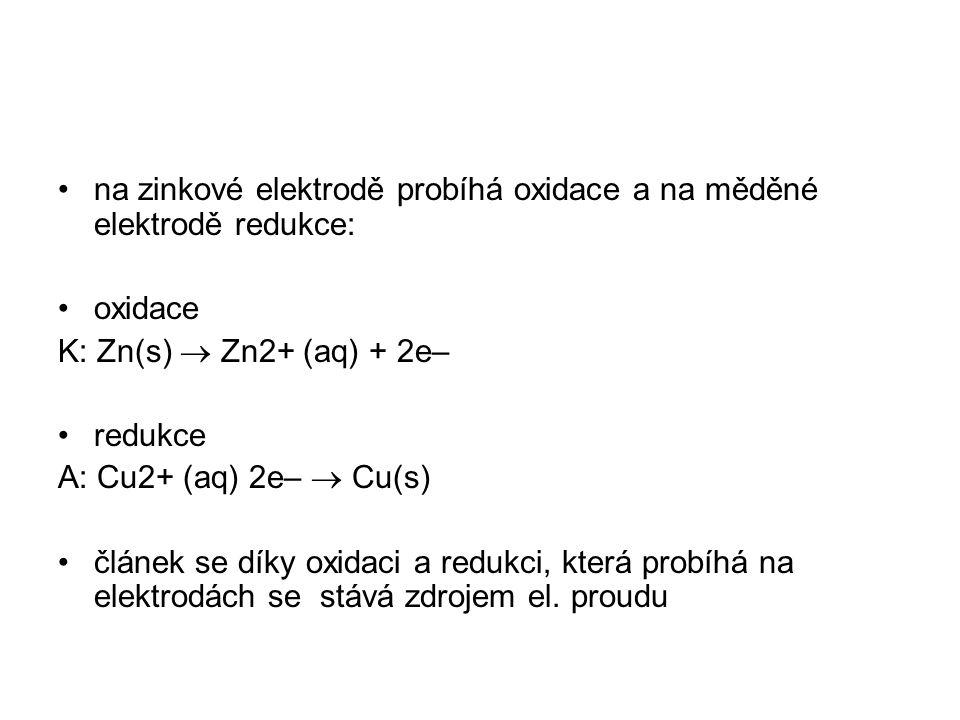na zinkové elektrodě probíhá oxidace a na měděné elektrodě redukce: oxidace K: Zn(s)  Zn2+ (aq) + 2e– redukce A: Cu2+ (aq) 2e–  Cu(s) článek se díky
