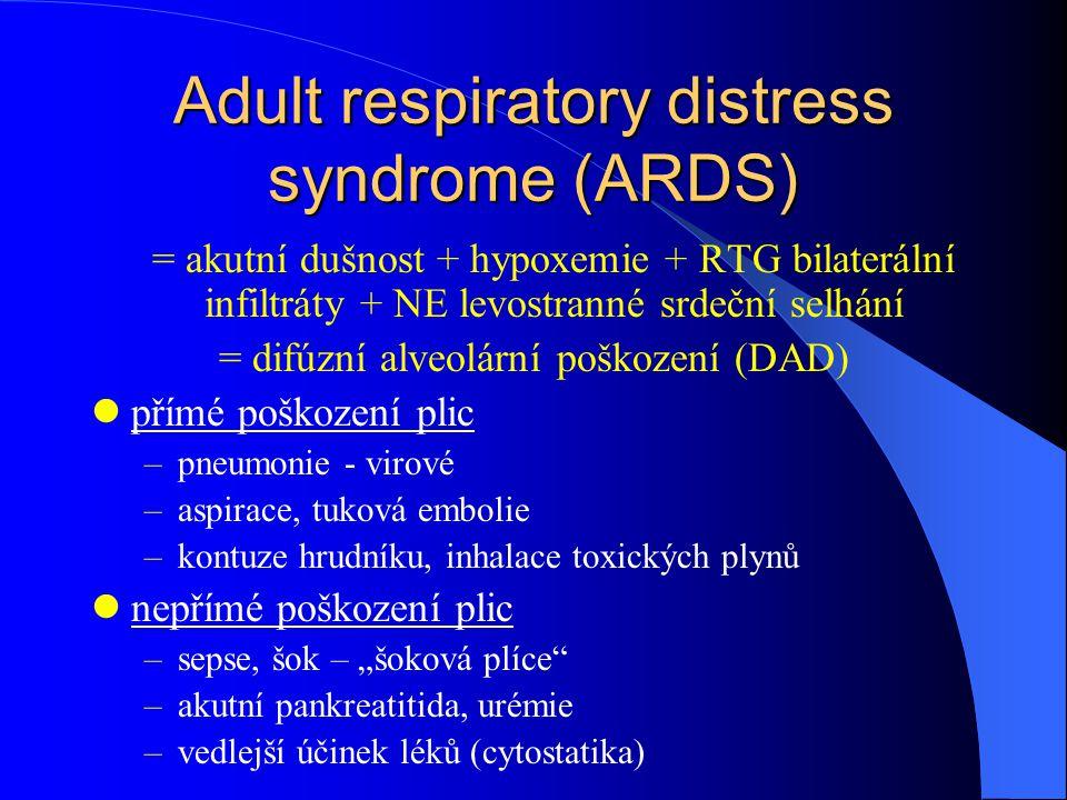 """Adult respiratory distress syndrome (ARDS) = akutní dušnost + hypoxemie + RTG bilaterální infiltráty + NE levostranné srdeční selhání = difúzní alveolární poškození (DAD) přímé poškození plic –pneumonie - virové –aspirace, tuková embolie –kontuze hrudníku, inhalace toxických plynů nepřímé poškození plic –sepse, šok – """"šoková plíce –akutní pankreatitida, urémie –vedlejší účinek léků (cytostatika)"""