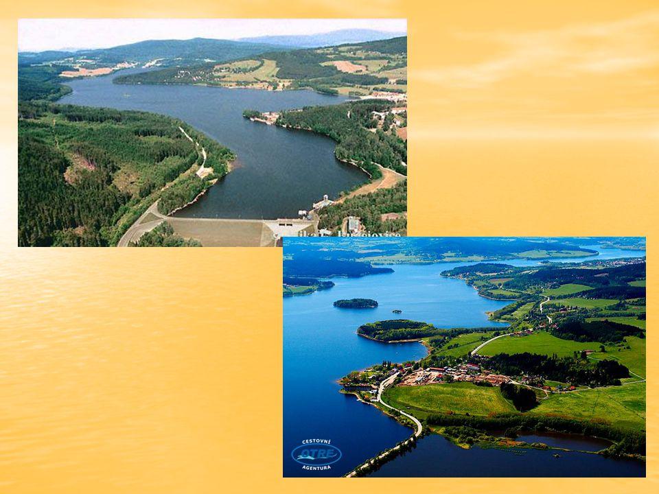 Dále Vltava protéká otevřenější krajinou a stáčí svůj krok k severu.