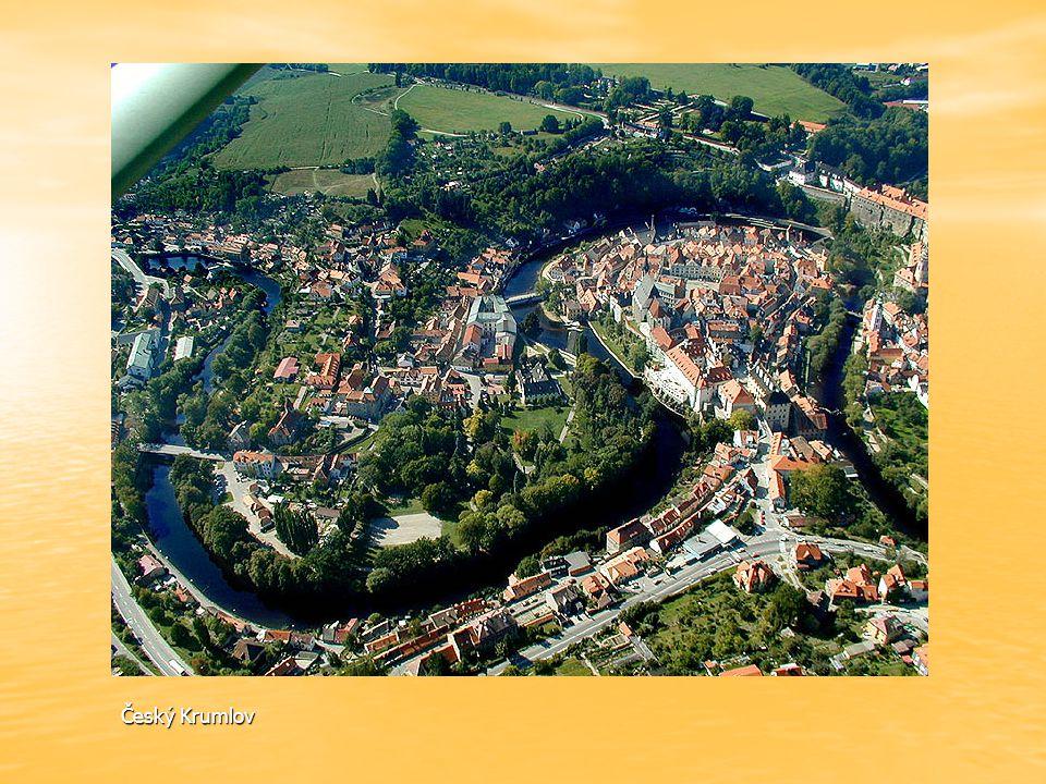 Tok Vltavy odtud protéká kolem kláštera Zlatá Koruna.
