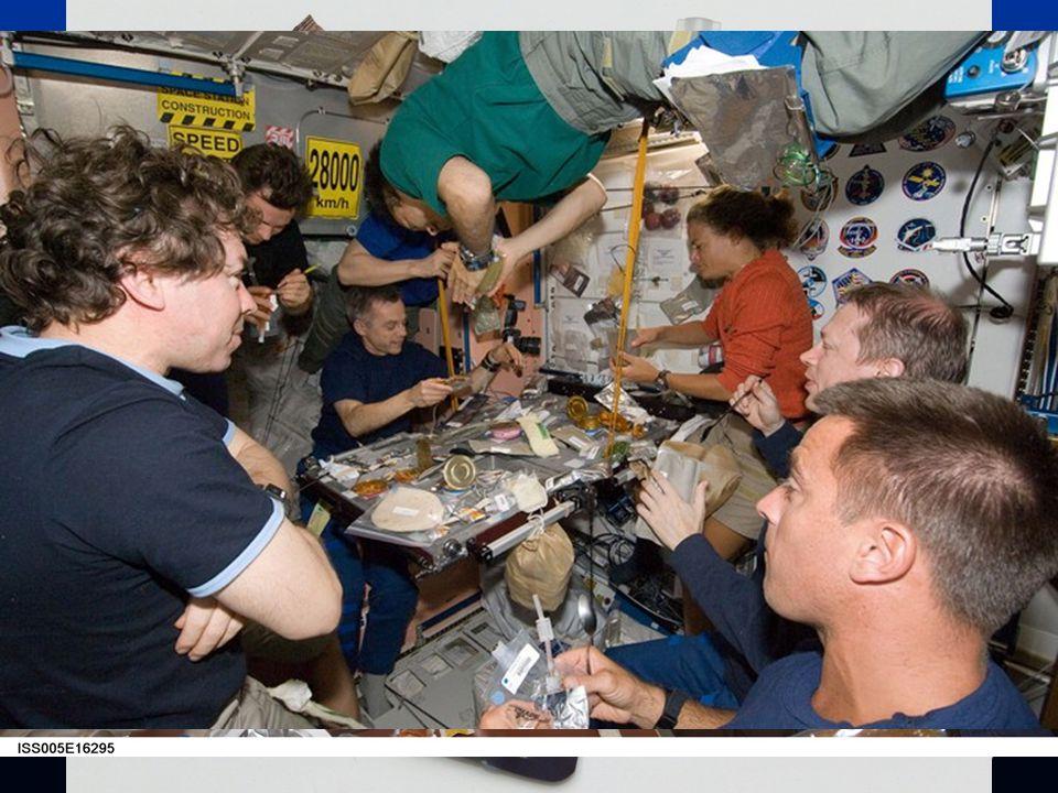 Život na palubě  Jídlo je posádce dováženo převážně zmražené a ve formě konzerv, včetně ovoce a zeleniny.  Nápoje jsou k dispozici ve formě prášku a