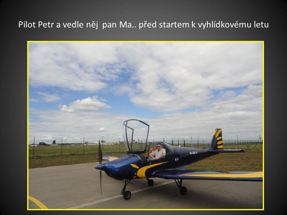 Pilot Petr dolévá benzín do letounu SOVA