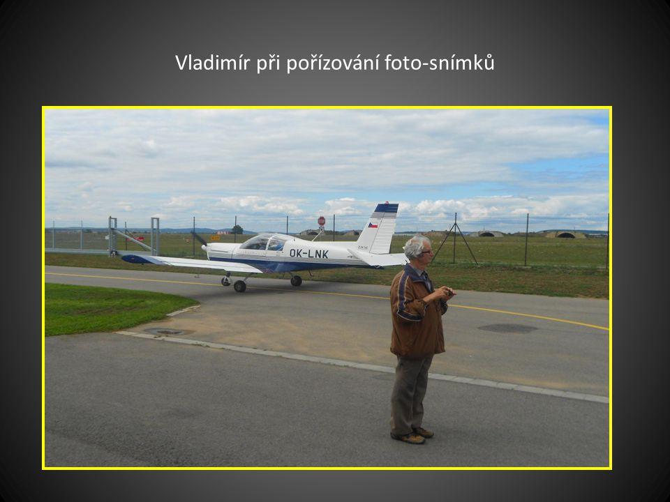 Pilot Petr a vedle něj pan Ma.. před startem k vyhlídkovému letu