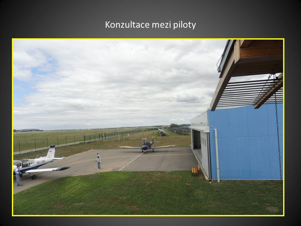 Karel, otec pilota Petra snímek pořízen na terase budovy AEROKLUBU