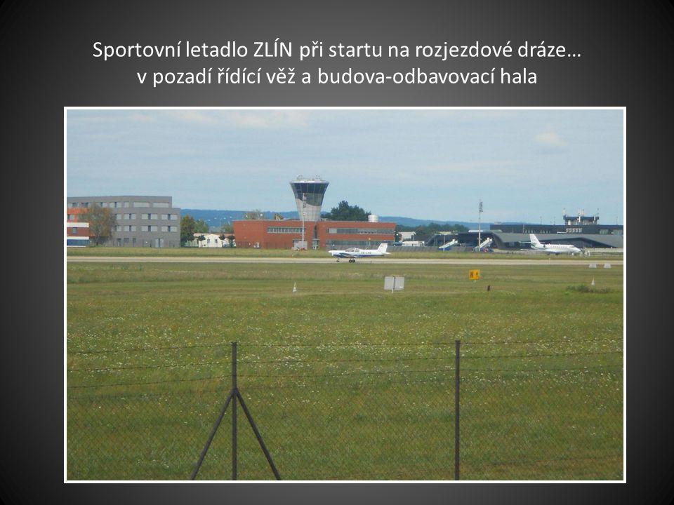 Sportovní letadlo ZLÍN již na rozjezdové dráze, letadlo typu SOVA pojíždí do určeného prostoru a čeká na povolení k pojetí na rozjezdovou dráhu