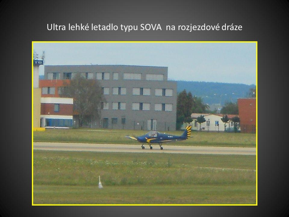 Sportovní letadlo ZLÍN při startu na rozjezdové dráze… v pozadí řídící věž a budova-odbavovací hala
