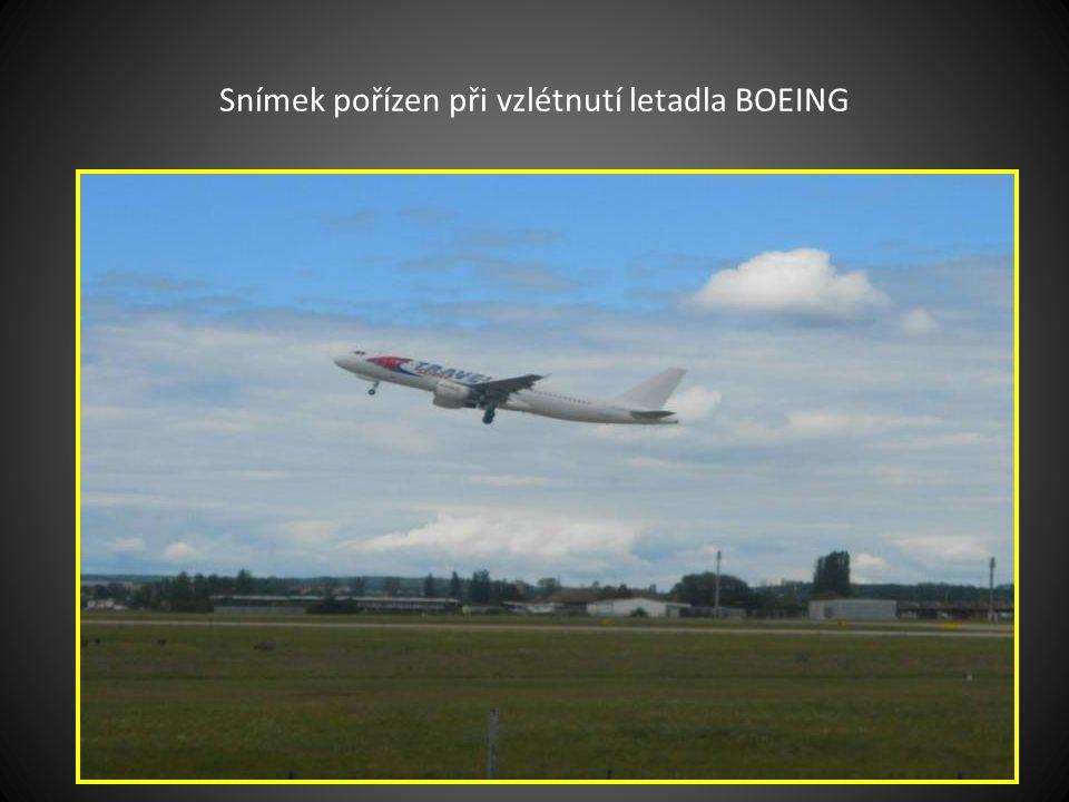 Po vyhlídkovém letu přistání na přistávací a startovací dráhu