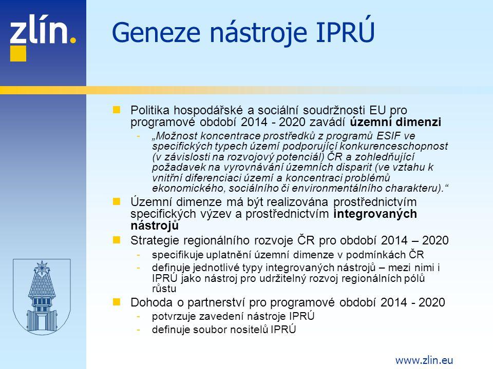 """www.zlin.eu Definice nástroje IPRÚ Účelový strategický nástroj pro uplatnění územní dimenze ve specifických podmínkách ČR Má podobu integrované rozvojové strategie, popisující problémy a potřeby vymezeného území, cíle a priority z nich vycházející (včetně investičních a neinvestičních záměrů) Obsahuje soubor věcně, územně a časově provázaných intervencí, financovaných prostřednictvím ESIF napříč operačními programy, které by měly na jeho realizaci rezervovat určitou alokaci Soustředí se na území """"regionálního pólu růstu a jeho funkčního zázemí Po věcné stránce integruje investice do infrastruktury, potřebné pro rozvoj vymezeného území Z pozice města Zlína též chápán jako nástroj, směřující k naplnění strategie ZLÍN 2020"""