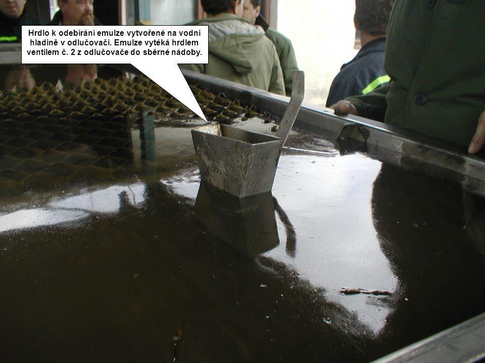Hrdlo k odebírání emulze vytvořené na vodní hladině v odlučovači. Emulze vytéká hrdlem ventilem č. 2 z odlučovače do sběrné nádoby.