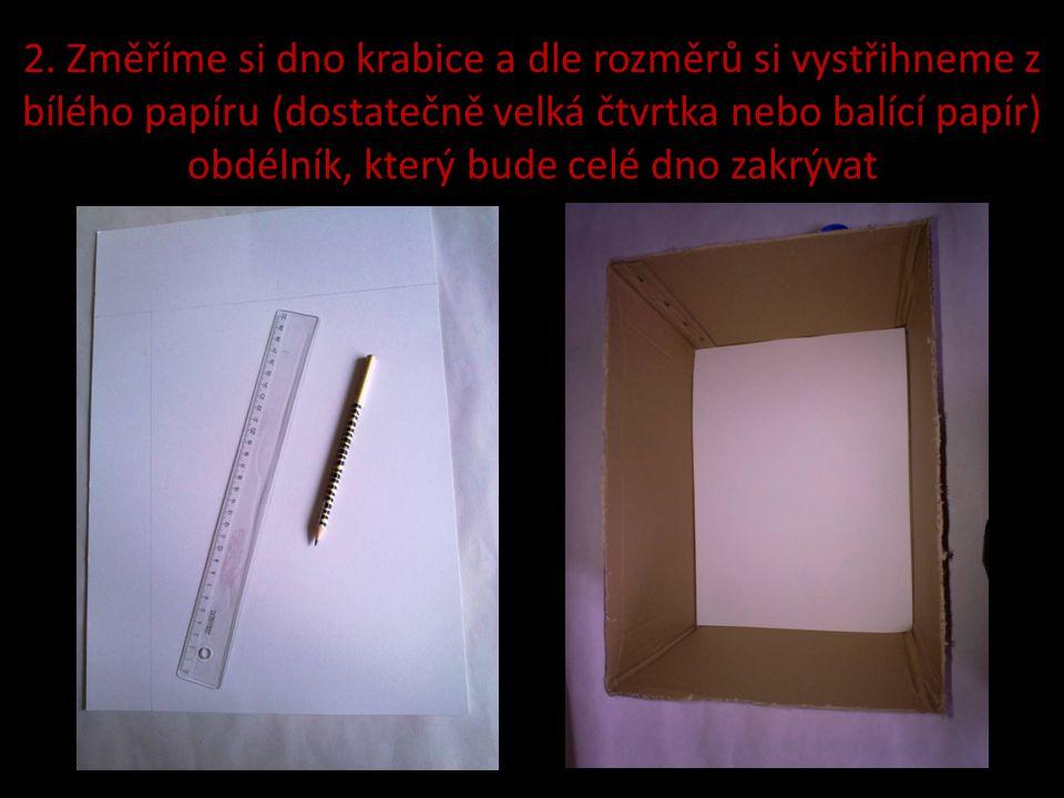 2. Změříme si dno krabice a dle rozměrů si vystřihneme z bílého papíru (dostatečně velká čtvrtka nebo balící papír) obdélník, který bude celé dno zakr
