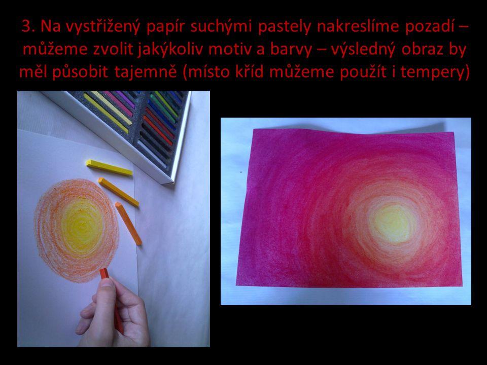 3. Na vystřižený papír suchými pastely nakreslíme pozadí – můžeme zvolit jakýkoliv motiv a barvy – výsledný obraz by měl působit tajemně (místo kříd m