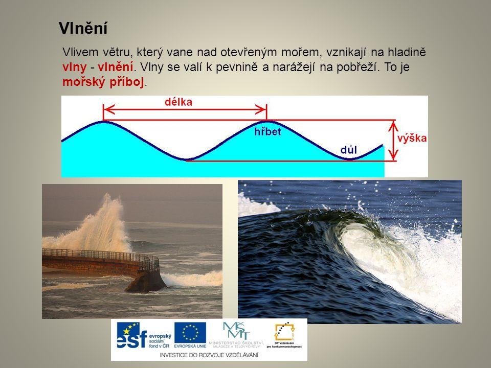 Vlivem větru, který vane nad otevřeným mořem, vznikají na hladině vlny - vlnění. Vlny se valí k pevnině a narážejí na pobřeží. To je mořský příboj. Vl