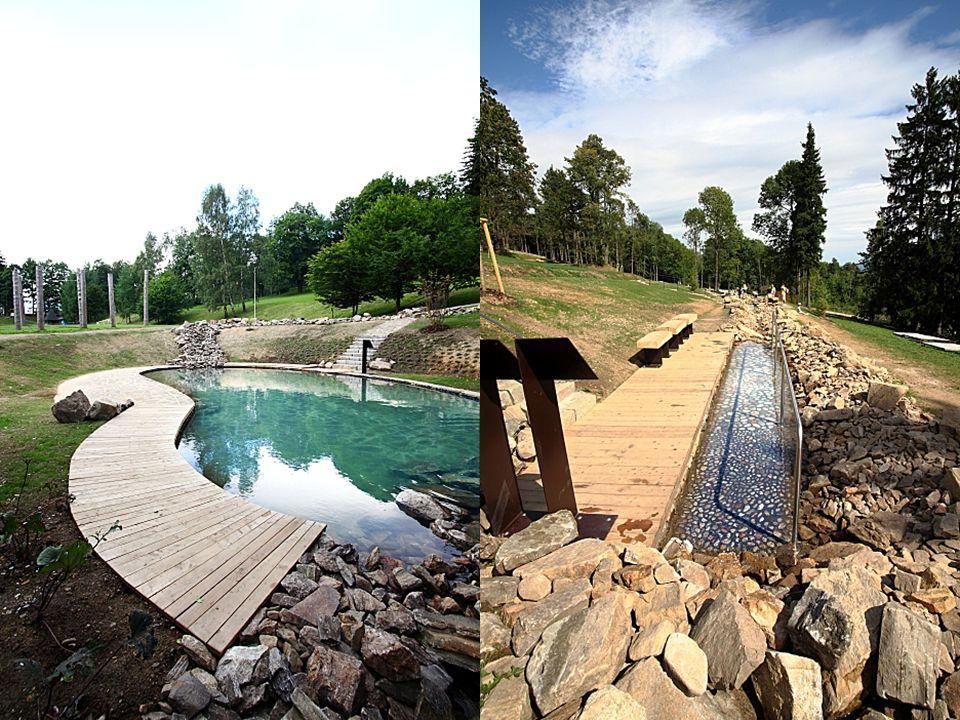 """Balneopark, postavený v přírodním areálu kudy protéká léčivý pramen, je koncipovaný jako stezka """"vodní zahradou"""". Jednotlivé zastávky trasy, vedené ko"""