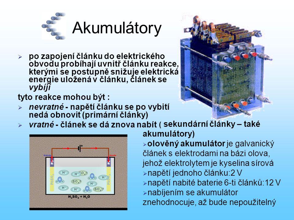 Akumulátory  po zapojení článku do elektrického obvodu probíhají uvnitř článku reakce, kterými se postupně snižuje elektrická energie uložená v článk
