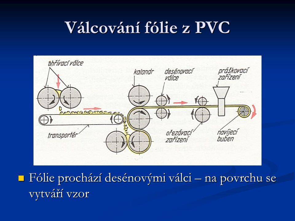 Válcování fólie z PVC Fólie prochází desénovými válci – na povrchu se vytváří vzor Fólie prochází desénovými válci – na povrchu se vytváří vzor