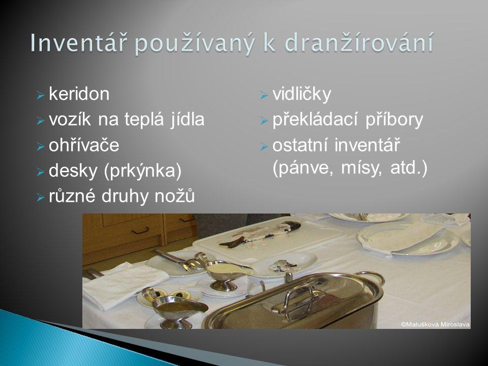  keridon  vozík na teplá jídla  ohřívače  desky (prkýnka)  různé druhy nožů  vidličky  překládací příbory  ostatní inventář (pánve, mísy, atd.