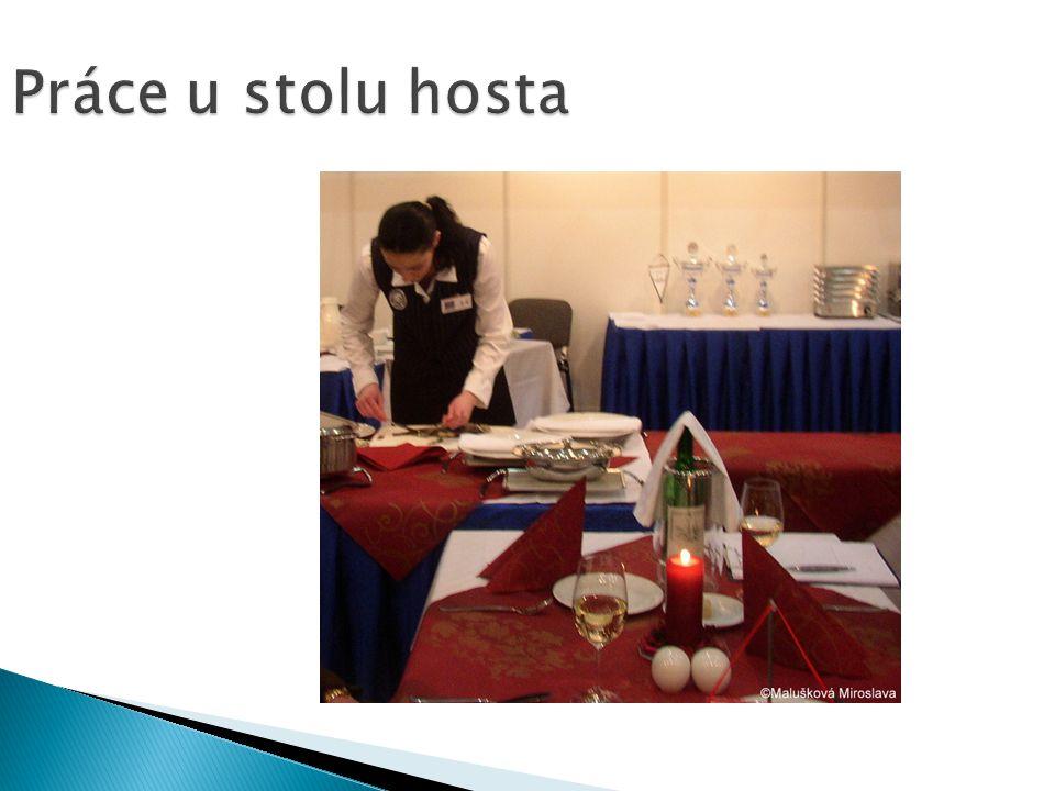 Práce u stolu hosta