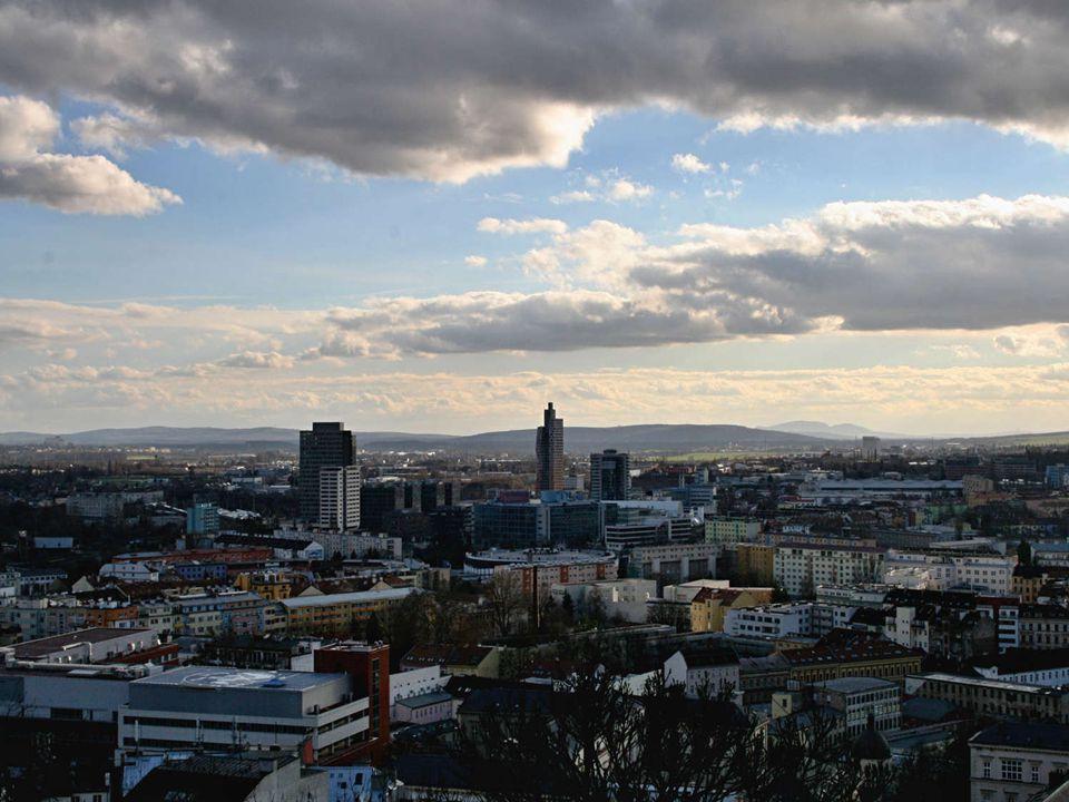 Aussicht an Mendelsplatz am Alten Brno, Pálava (húgel) in Hintergrund Mendlovo nám., Staré Brno, na obzoru Pálava