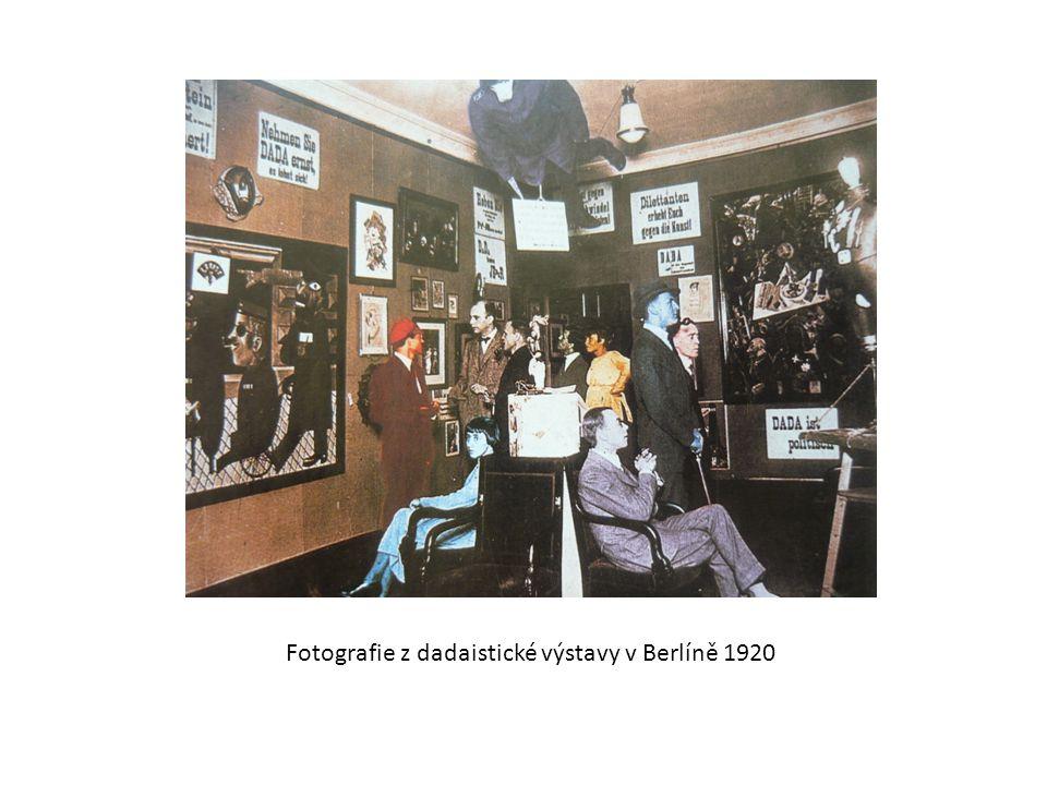 Fotografie z dadaistické výstavy v Berlíně 1920