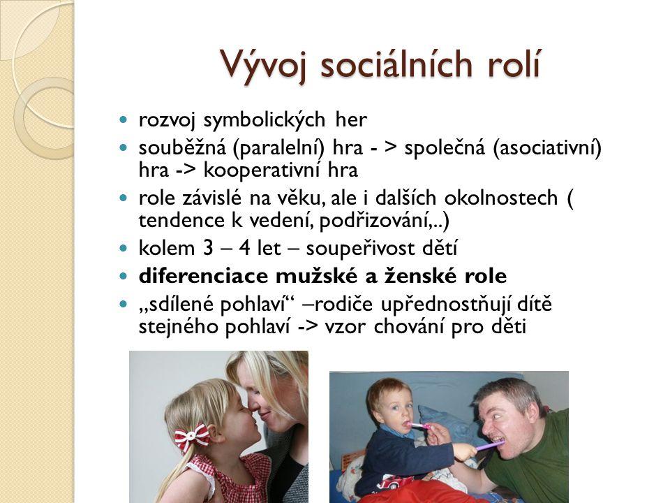 """Vývoj sociálních rolí rozvoj symbolických her souběžná (paralelní) hra - > společná (asociativní) hra -> kooperativní hra role závislé na věku, ale i dalších okolnostech ( tendence k vedení, podřizování,..) kolem 3 – 4 let – soupeřivost dětí diferenciace mužské a ženské role """"sdílené pohlaví –rodiče upřednostňují dítě stejného pohlaví -> vzor chování pro děti"""