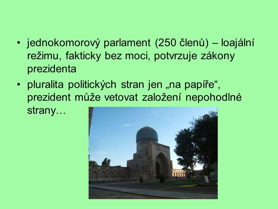 """jednokomorový parlament (250 členů) – loajální režimu, fakticky bez moci, potvrzuje zákony prezidenta pluralita politických stran jen """"na papíře , prezident může vetovat založení nepohodlné strany…"""
