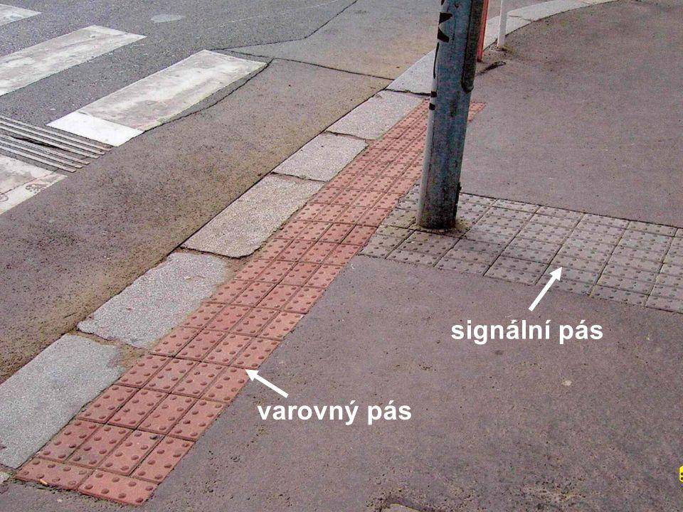 Použití varovných pásů varovný pás v pěší zóně odděluje kolejovou dopravu varovný pás u schodiště, které vede do parkoviště