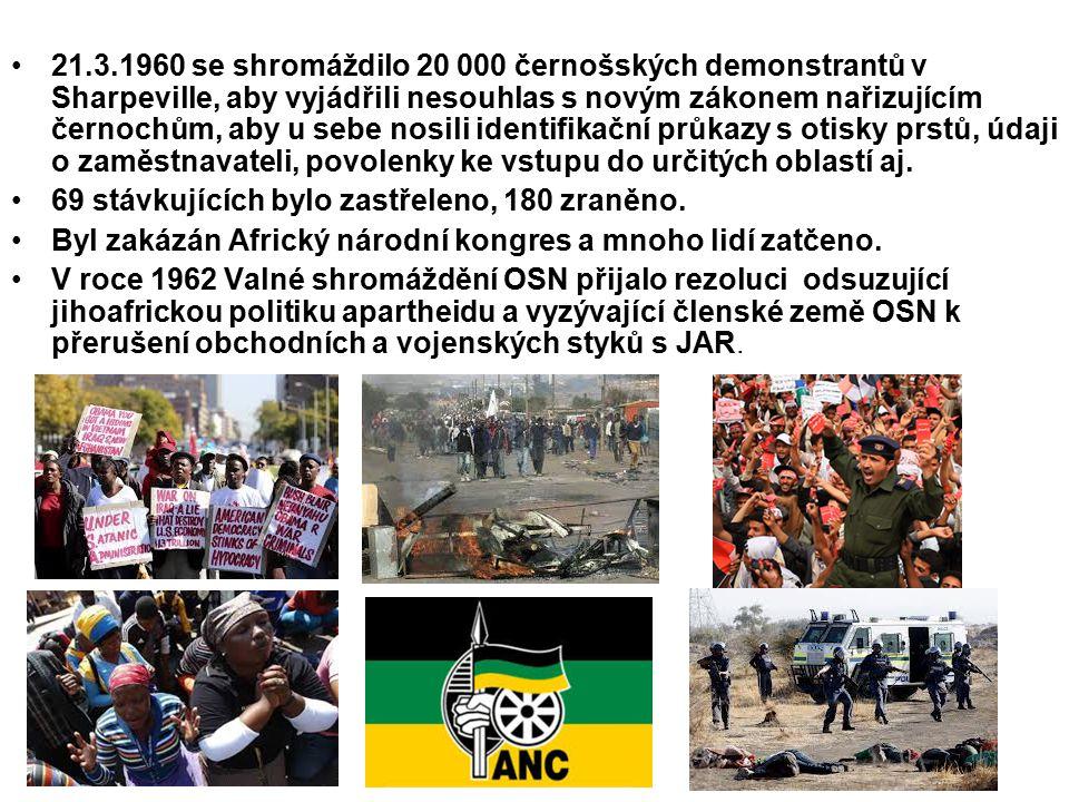 21.3.1960 se shromáždilo 20 000 černošských demonstrantů v Sharpeville, aby vyjádřili nesouhlas s novým zákonem nařizujícím černochům, aby u sebe nosi