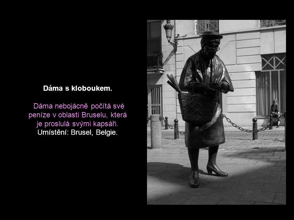 Muž při práci. Tato bronzová socha je umístěna na pěší zóně v Bratislavě. Třete jeho nos a budete mít štěstí. Mnoho lidí v to věří, jak je vidět na vy