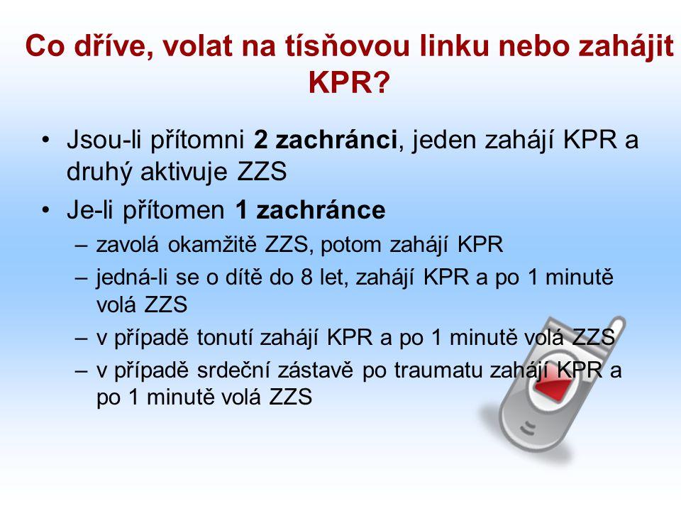 Co dříve, volat na tísňovou linku nebo zahájit KPR? Jsou-li přítomni 2 zachránci, jeden zahájí KPR a druhý aktivuje ZZS Je-li přítomen 1 zachránce –za