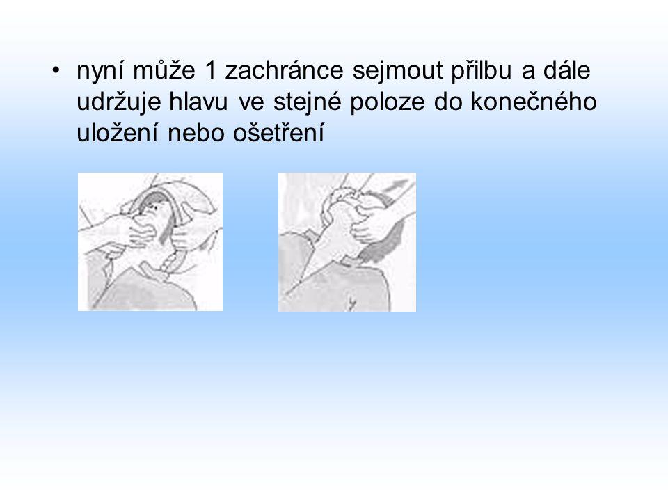 nyní může 1 zachránce sejmout přilbu a dále udržuje hlavu ve stejné poloze do konečného uložení nebo ošetření
