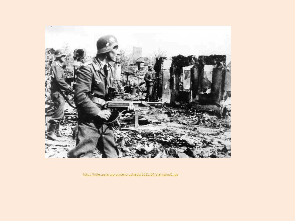 Úspěch spojenců v severní Africe 1942 porážka v bitvě u Al-Alamejnu (maršál Rommel se vzdal) 1943 se angloamerická vojska vylodila na Sicílii, v Itálii došlo k převratu Mussolini byl zajat Itálie se dala na stranu Spojenců Červen 1944 byl osvobozen Řím