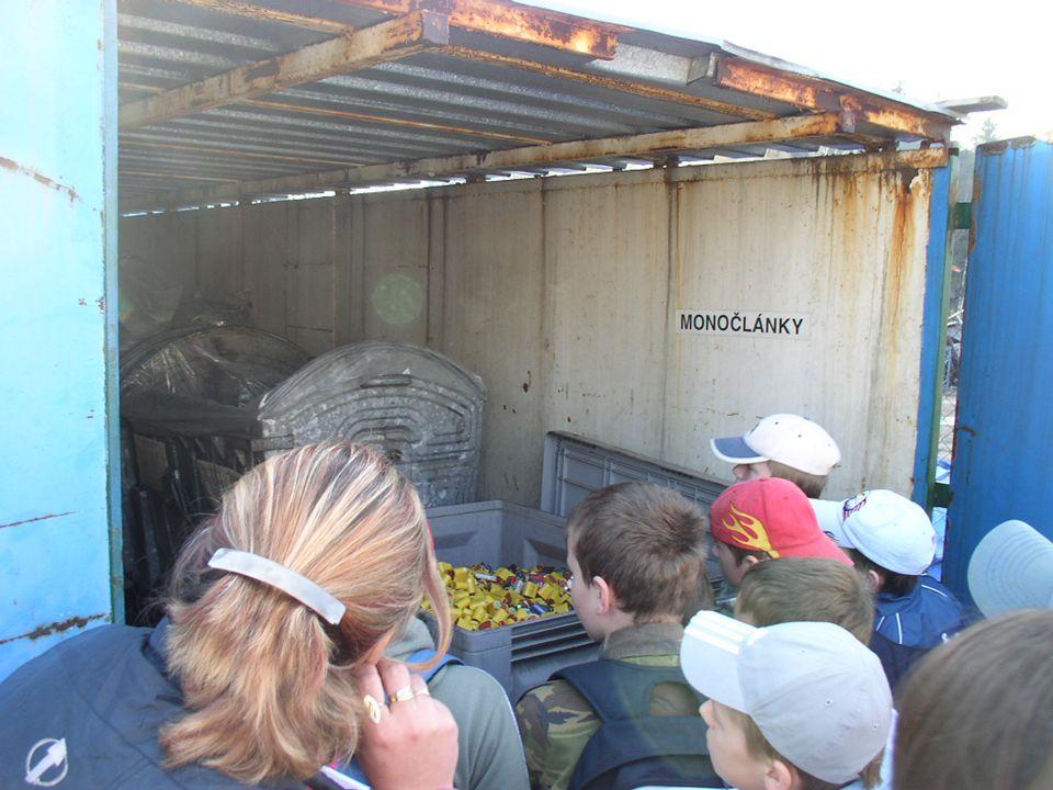 n Potom jsme všichni společně založili v arboretu hřbitov odpadků.