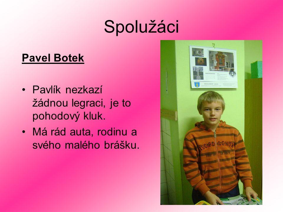 Spolužáci Pavel Botek Pavlík nezkazí žádnou legraci, je to pohodový kluk. Má rád auta, rodinu a svého malého brášku.