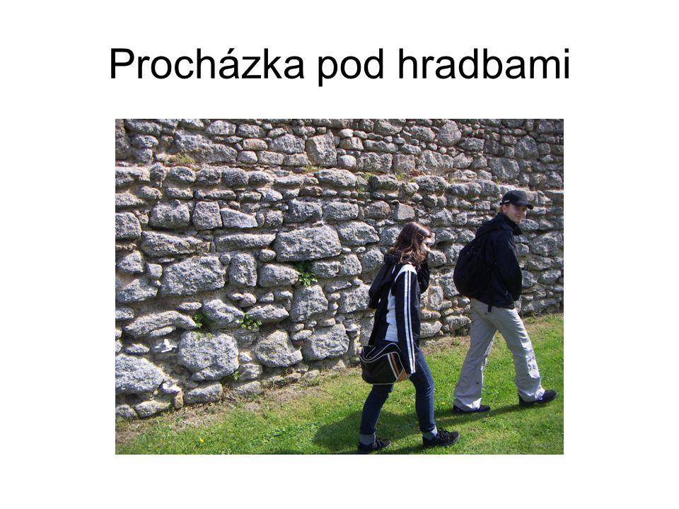 Procházka pod hradbami