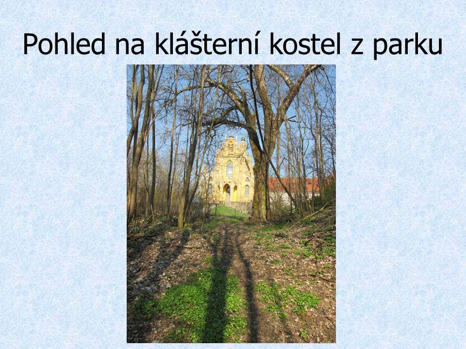 Pohled na klášterní kostel z parku