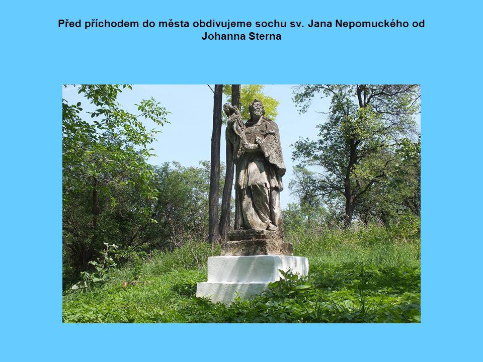 Před příchodem do města obdivujeme sochu sv. Jana Nepomuckého od Johanna Sterna