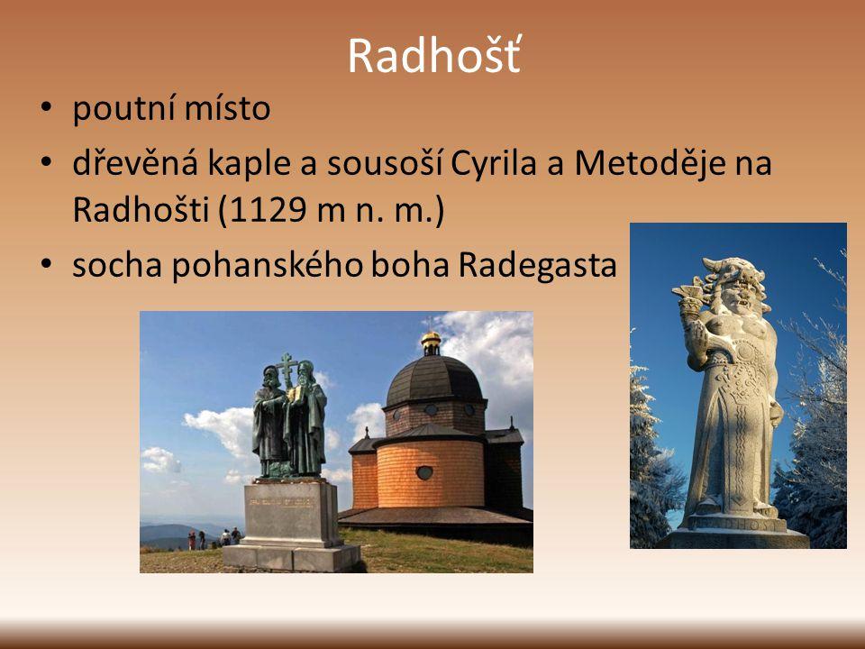 Radhošť poutní místo dřevěná kaple a sousoší Cyrila a Metoděje na Radhošti (1129 m n. m.) socha pohanského boha Radegasta