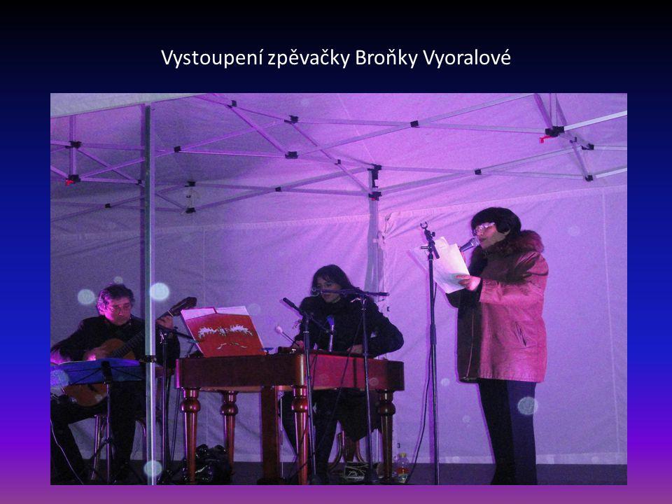 Vystoupení zpěváka Jiřího Helána, hudební doprovod Broňka Schoříková-cimbál a Vladislav Bláha-kytara