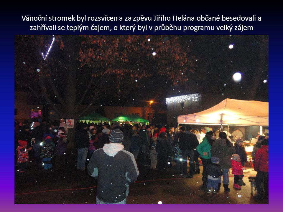 Za společného odpočítávaní byl po páté hodině rozsvícen vánoční stromek
