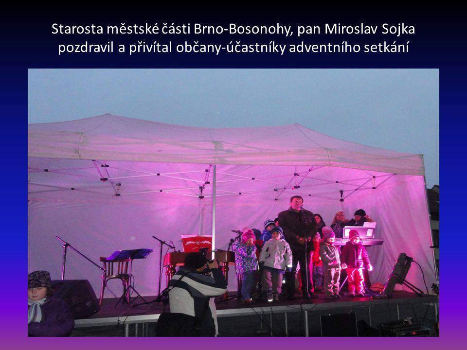 Bosonožské náměstí - místo, kde se za několik minut uskuteční adventní setkání občanů Bosonoh