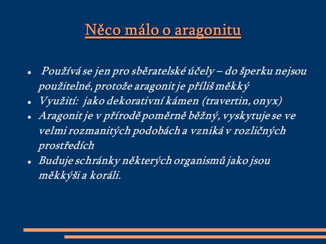Barva aragonitu Aragonit muže být: bezbarvý, bílý, žlutý, zelený, šedý, fialový, červený, modrý,hnědý, zlatý, průhledný až neprůhledný, skelně až mastně lesklý