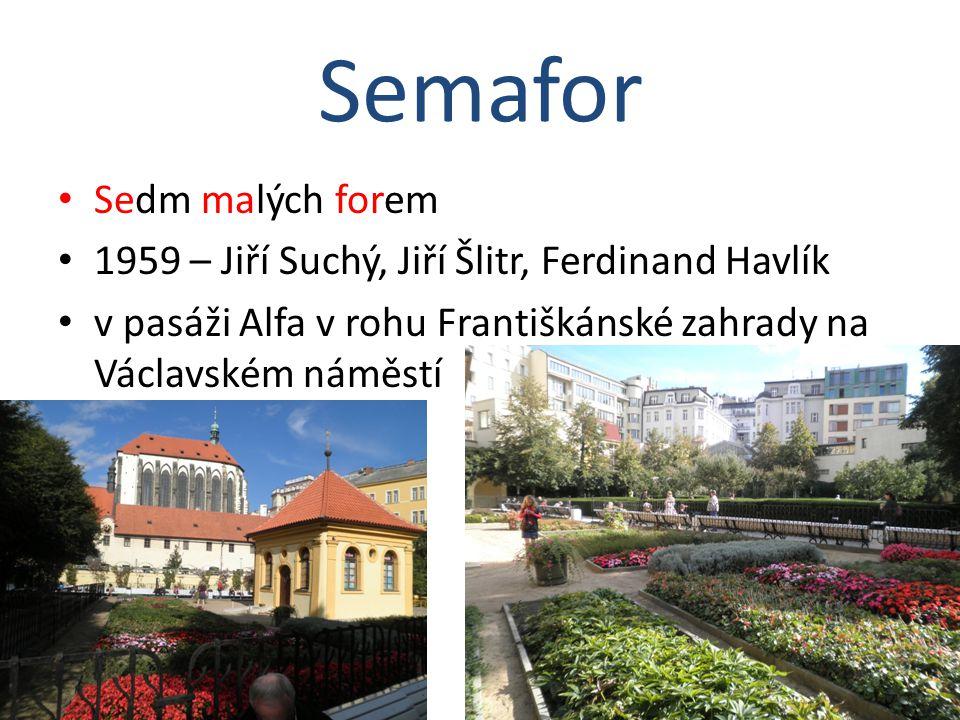 Sedm malých forem 1959 – Jiří Suchý, Jiří Šlitr, Ferdinand Havlík v pasáži Alfa v rohu Františkánské zahrady na Václavském náměstí